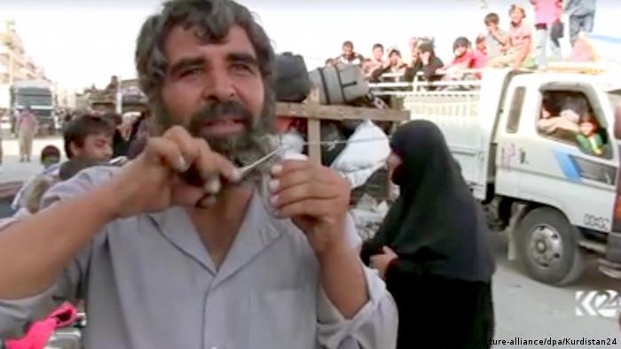 Syrien Manbidsch Videostill Mann schneidet Bart
