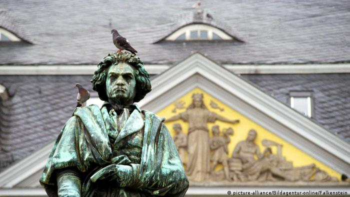 Beethoven monument, turned green, with pigeons sitting on the head and shoulder (Photo: picture-alliance/Bildagentur-online/Falkenstein).