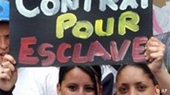 Jugendliche protestieren in Marseille Frankreich Plakat gegen die Sklaverei