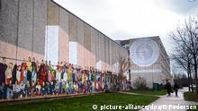 Außenasicht eines Flüchtlingsheimes im Stadttteil Hellersdorf in Berlin, aufgenommen am 02.01.2014. Foto: Britta Pedersen/dpa | Verwendung weltweit (c) picture-alliance/dpa/B.Pedersen