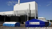 ARCHIV - Das schwedische Kernkraftwerk Oskarshamm in Südschweden am 22.05.2008. Schwedens Ausstieg aus der Atomkraft gilt nicht mehr: 30 Jahre nach dem weltweit ersten Beschluss eines Landes zur Abwicklung der Kernkraft hat der Reichstag in Stockholm mit der hauchdünnen Mehrheit von 174 zu 172 Stimmen das Bau-Verbot für Atomreaktoren aufgehoben. Die Betreiber der schwedischen Atomkraftwerke, Vattenfall, der deutsche Eon-Konzern und Fortum aus Finnland, begrüßten die Entscheidung. Umweltorganisationen wie Greenpeace kündigten Protestaktionen an. Nach dem Reichstagsbeschluss von Donnerstagabend (17.06.2010) darf nun Ersatz bei Stilllegung von einem der derzeitigen zehn Reaktoren in den drei Kraftwerken Forsmark, Oskarshamn und Ringhals gebaut werden. Copyright: picture-alliance/dpa/P. Madej
