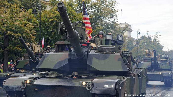Polen Warschau Militärparade US amerikanische Panzer (picture-alliance/(AP Photo/A. Keplicz)