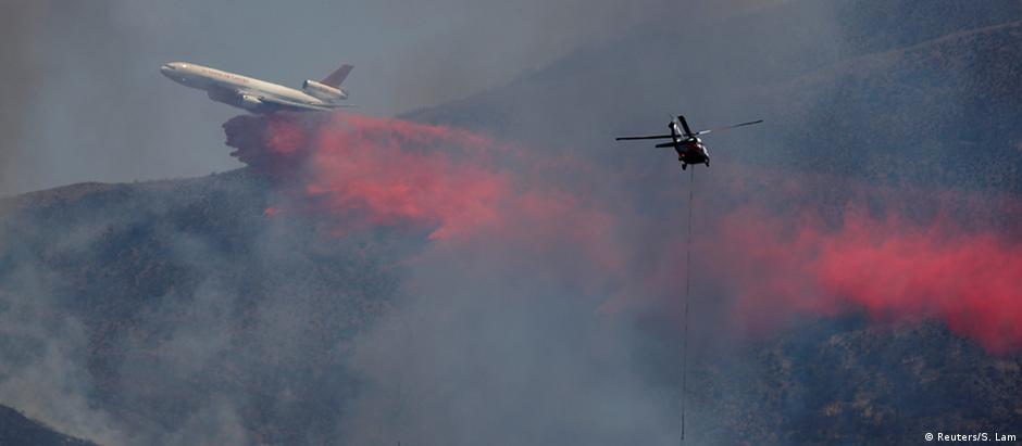 Helicóptero tenta apagar fogo na região do Lower Lake