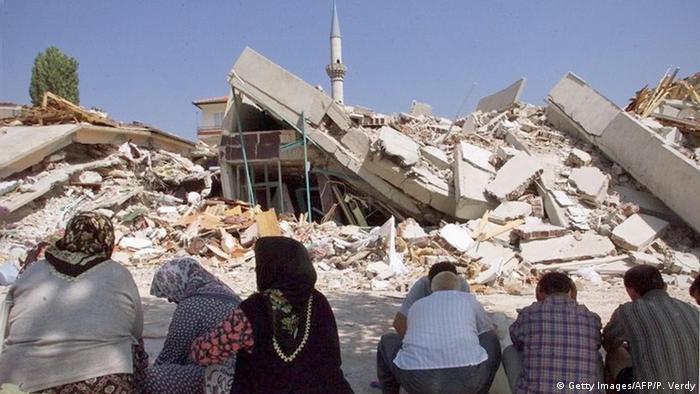 Resmi rakamlara göre deprem 17 bin 480 kişinin ölümüne neden oldu.