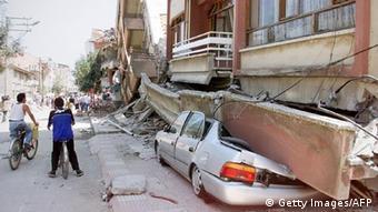 Εικόνες καταστροφής στην πόλη Ανταπαζαρί με 6.866 νεκρούς