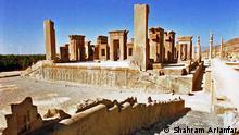 """Title: Die altpersische Residenzstadt Persepolis Bildbeschreibung: Die altpersische Residenzstadt Persepolis war eine der Hauptstädte des antiken Perserreichs unter den Achämeniden und wurde 520 v. Chr. von Dareios I. im Süden Irans in der Region Persis gegründet. Der Name """"Persepolis"""" stammt aus dem Griechischen und bedeutet """"Stadt der Perser""""; der persische Name bezieht sich auf Dschamschid, einen König der Frühzeit. Stichwörter: UGC, Die altpersische Residenzstadt Persepolis, Schiraz, Iran, Shahram Arianfar Quelle: Shahram Arianfar Lizenz: Frei"""