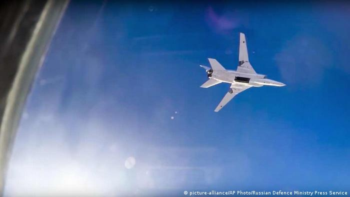 Syrien russischer Kampfflugzeug Tu-22M3 bombardiert über Aleppo (picture-alliance/AP Photo/Russian Defence Ministry Press Service)
