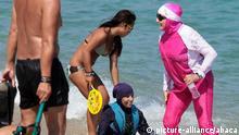 Frankreich Zwei Frauen tragen Burkini am Strand