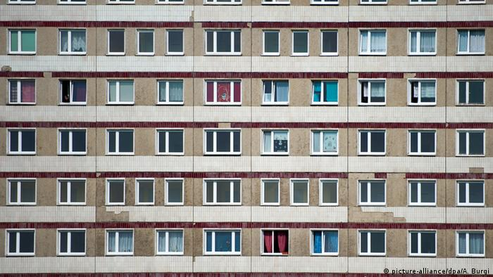 German Plattenbau in Hoyerswerda (picture-alliance/dpa/A. Burgi)