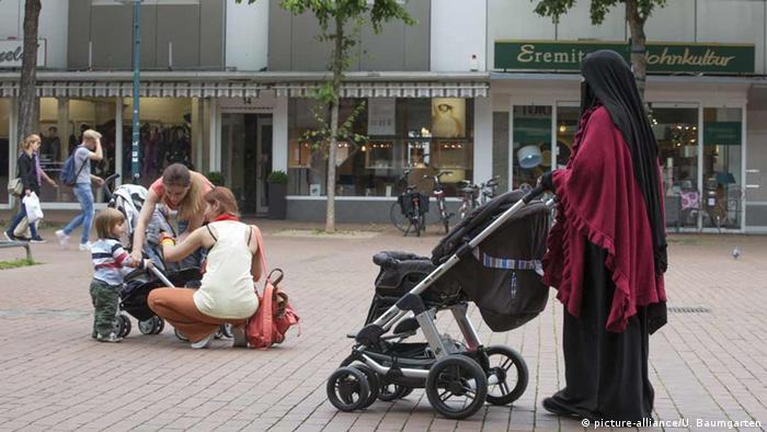 Deutschland Niqab - Trägerin in Bad Godesberg
