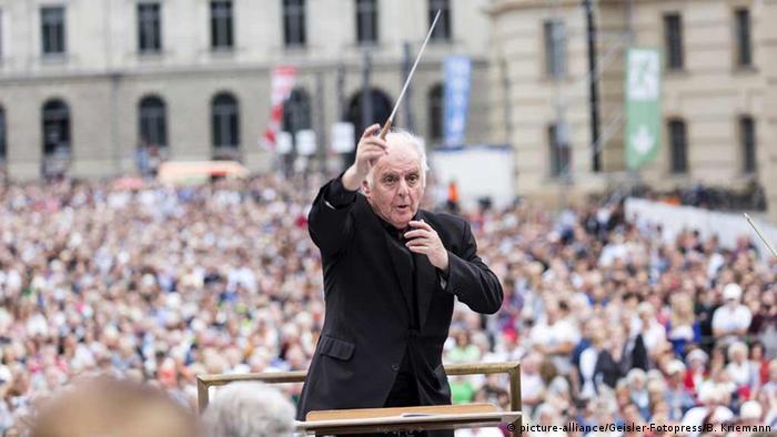 Daniel Barenboim conducting an open-air concert in 2016 (picture-alliance/Geisler-Fotopress/B. Kriemann)