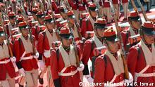 22.01.2016+++ Soldaten des Infaterieregiments der Präsidentengarde Boliviens Soldaten des Infaterieregiments der Präsidentengarde, die sogennanten Colorados de Bolivia marschieren am 22.01.2016 am Präsidentenpalast in La Paz auf. Seit 2010 hat Boliviens Präsident Morales auch eine indigene Leibgarde, um symbolisch die Aufwertung der Indigenas in dem Andenstaat zu unterstreichen. Am 21. Februar stimmt Bolivien darüber ab, ob Morales mit einer Verfassungsänderung die Option auf eine Präsidentschaft bis 2025 eröffnet werden soll. Foto: Georg Ismar/dpa (zu dpa ««Evo» kämpft gegen das «No» - Wegweisendes Referendum in Bolivien» vom 19.02.2016) +++(c) dpa - Bildfunk+++ | Verwendung weltweit (c) picture-alliance/dpa/G. Ismar
