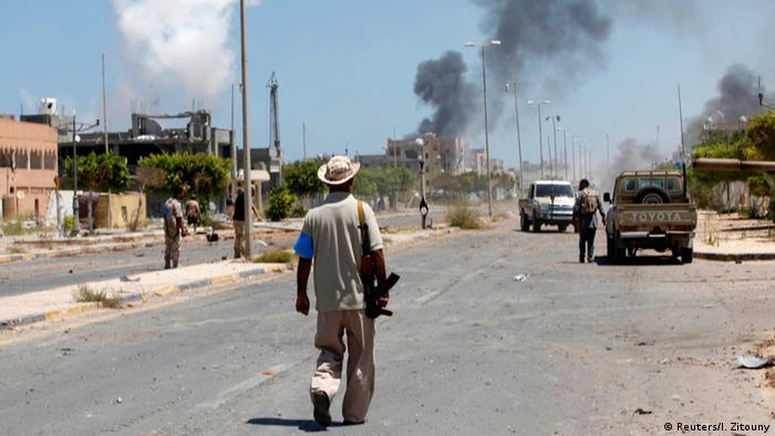 Lybien Sirte Rauch steigt auf während Milizen gegen den Islamischen Staat kämpfen