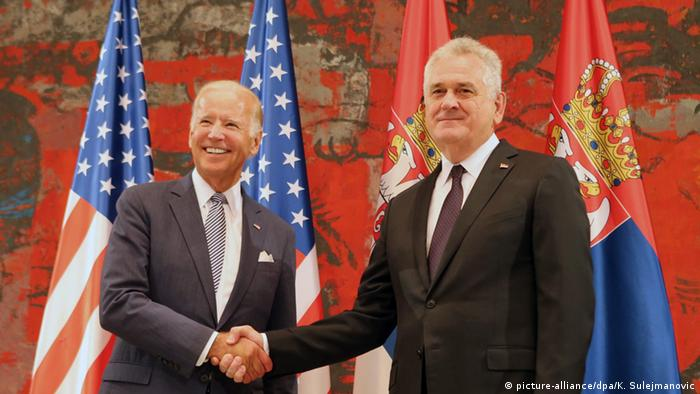 Džozef Bajden prilikom posete Beogradu 2016. sa tadašnjim predsednikom Srbije Tomislavom Nikolićem