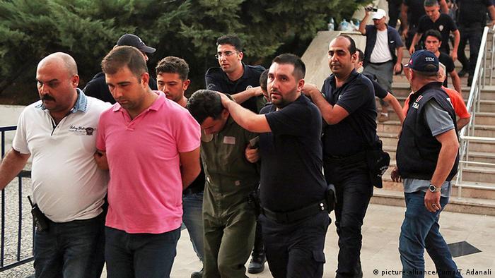 Türkei Mugla Verhaftungen nach Putschversuch (picture-alliance/Zuma/T. Adanali)