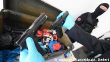 Frankfurt Zollfahndungsamt Waffenhändler Festnahme Präsentation Waffen