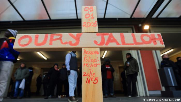 A cross for Oury Jalloh (picture-alliance/dpa/J. Wolf)