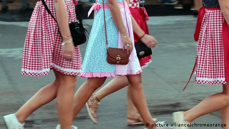 München Oktoberfest Junge Frauen Dirndl Handtaschen (picture-alliance/chromeorange)
