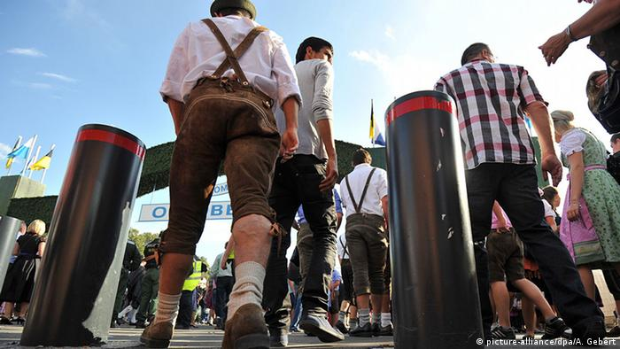 Bollards at Oktoberfest (picture-alliance/dpa/A. Gebert)