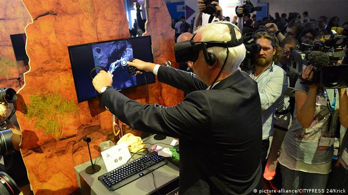 Deutschland Köln Gamescom Virtual Reality Garrelt Duin