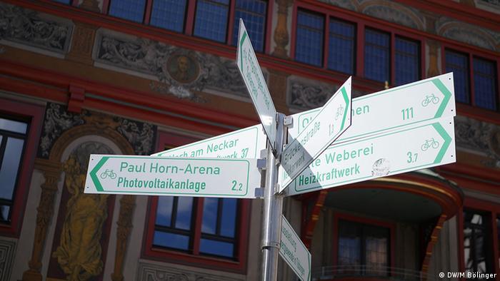 Grün regierte Stadt - Hinweisschilder vor der Rathausfassade in Tübingen