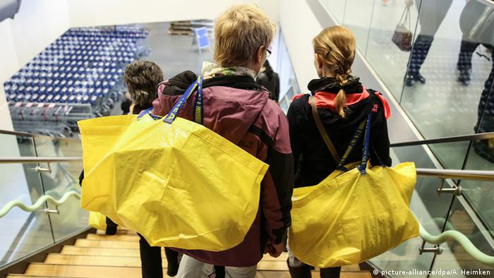 women with yellow shopping bags on escalator Copyright: picture-alliance/dpa/A. Heimken