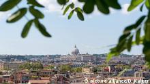 Rom Bildergalerie Goethes Italienische Reise Italien: Blick auf Rom und den Vatikan mit Petersdom, gesehen von der Viale del Belvedere. Foto vom 05. September 2014. | Verwendung weltweit Copyright: picture-alliance/D. Kalker