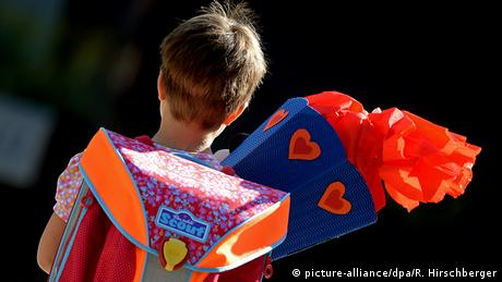 Boy with backpack and cone full of gifts for first day of school, Copyright: picture-alliance/dpa/R. Hirschberger