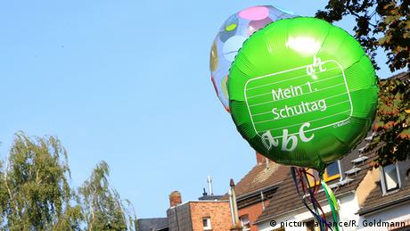 Balloon with the text, 'My first day of school' Copyright: picture alliance/R. Goldmann