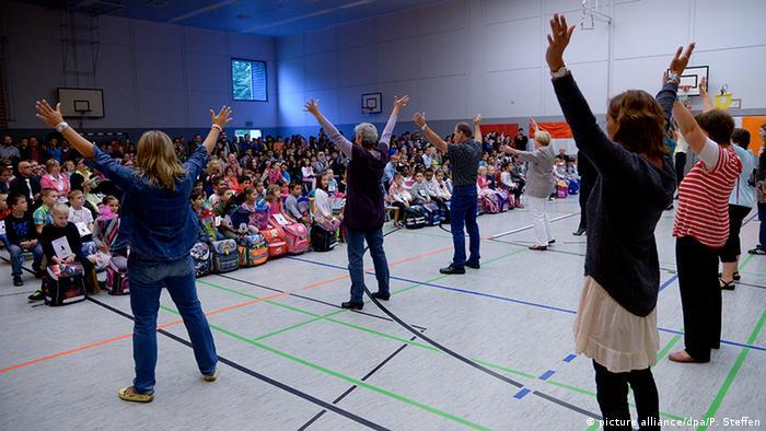 Учителя танцуют на празднике для первоклассников