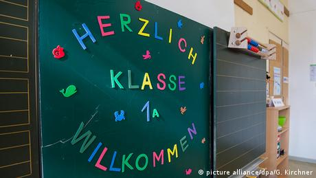 School chalkboard reading, 'Welcome, class 1A', Copyright: picture alliance/dpa/G. Kirchner