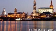 Die berühmte Silhouette Dresdens mit der wieder aufgebauten Frauenkirche (l) spiegelt sich in der Elbe (Archivfoto vom 31.10.2005). Die sächsische Landeshauptstadt begeht am Freitag (31.03.2006) den 800. Jahrestag der ersten urkundlichen Erwähnung. Foto: Peter Endig dpa/lsn +++(c) dpa - Bildfunk+++ Schlagworte Geografie, Geschichte, Kommunen, Städte, jubiläum, zb