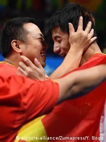 Rio 2016 Olympia Tischtennis Zhang Jike (R) China feiert Goldmedaille (picture-alliance/Zumapress/Y. Bogu)