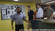 Gunnar Bentz Jack Conger verlassen die Polizeistation Rio Flughafen