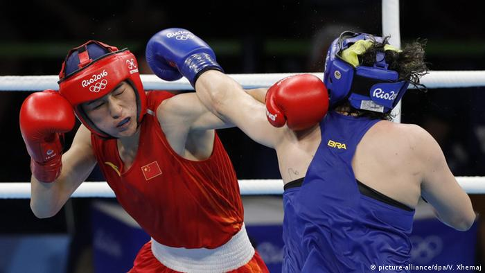 Rio 2016 Olympia Boxen Qian Li of China (Red) and Andreia Bandeira of Brazil (Blue)