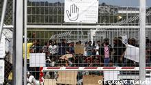 Griechenland Lesbos Flüchtlinge an Zaun / Protest vor Rückführung in Türkei