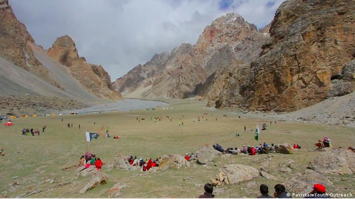 Menschen vor Bergkulisse in Gilgit-Baltistan (Pakistan Youth Outreach)
