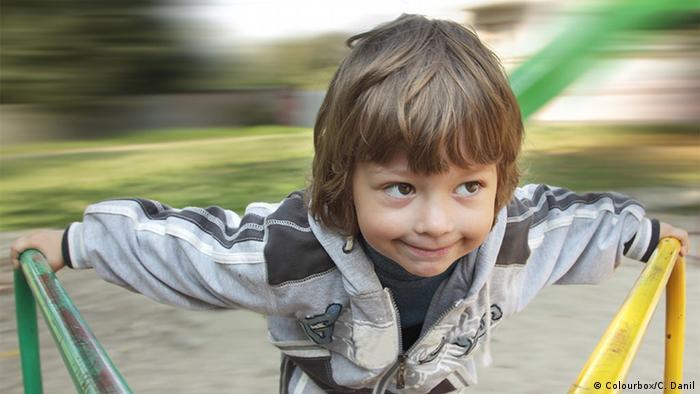 Junge auf Karussell (Colourbox/C. Danil)