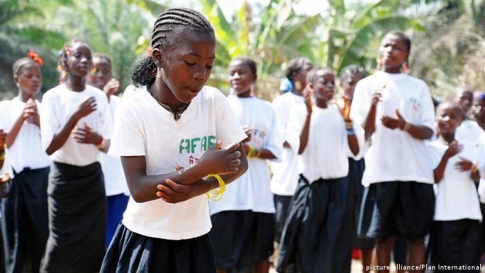 Sierra Leone Mädchen bei Theaterstück gegen Genitalverstümmelung (picture-alliance/Plan International)