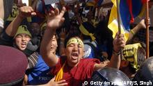Tibetische Flüchtlinge in Nepal Kathmandu, NEPAL: Tibetan monks and refugees chant slogans and wave flags as they are stopped by Nepalese riot policemen during a protest rally in Kathmandu, 10 March 2007, held to commemorate the 48th anniversary of the Tibetan uprising against Chinese rule. Some 350 Tibetans carrying placards, Tibetan flags and pictures of His Holiness The Dalai Lama attempted to stage a protest outside the Chinese embassy but were prevented from reaching the mission in the Nepalese capital. AFP PHOTO/ SURESH SINGH (Photo credit should read SURESH SINGH/AFP/Getty Images) (c) Getty Images/AFP/S, Singh