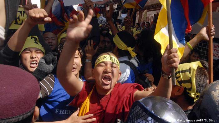 Tibetische Mönche und Flüchtlinge werden bei Protesten auf Kathmandus Straßen von nepalesischen Polizisten aufgehalten (c) Getty Images/AFP/S, Singh