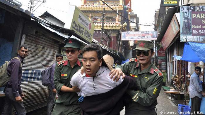 Ein Exiltibeter lässt sich im indischen Dharamsala von zwei als chinesische Polizisten verkleidete Aktivisten verhaften (c) picture-alliance/dpa/S. Baid