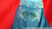 ARCHIV - Eine Frau in einer Burka am 13.08.2009 in Kabul, Afghanistan. Eine zum Tragen einer Burka entschlossene Mitarbeiterin der Stadt Frankfurt ist auch am Mittwoch nicht zum Dienst im Bürgeramt erschienen. Die Stadt bleibt bei ihrer Linie, einen Dienst in Vollverschleierung nicht zu erlauben. Innenminister Boris Rhein (CDU)hat ein Burka-Verbot für Landesbedienstete angekündigt. Foto: S. SABAWOON/EPA dpa/lhe (zu lhe BLICKPUNKT HESSEN vom 02.02.2011) +++(c) dpa - Bildfunk+++   Copyright: picture-alliance/dpa/S. Sabawoon