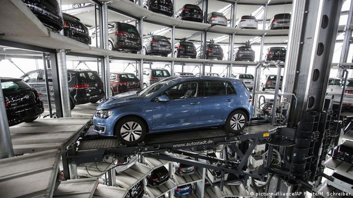 Deutschland Wolfsburg Produktion VW Golf (picture-alliance/AP Photo/M. Schreiber)