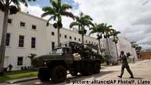 ARCHIV 2015 *** A Venezuelan army soldier walks next to a missile system launcher prior starting a civilian and military exercises at fort Tiuna in Caracas, Venezuela, Saturday, March 14, 2015. President Maduro is expected to oversee military exercises across the country, which are intended to show the South American country¿s strength in the face of U.S. threats. (AP Photo/Fernando Llano) | © picture-alliance/AP Photo/F. Llano