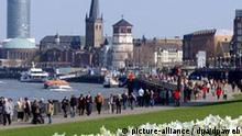 Bei strahlendem Sonnenschein und blauem Himmel gehen Spaziergänger am Sonntag (03.04.2005) in Düsseldorf an der Rheinpromenade entlang. Auch der Montag startet den Vorhersagen zufolge sonnig, teils auch aufgelockert bewölkt. Abends beginnt es es am Niederrhein zu regnen. Die Temperaturen erreichen Höchstwerte von 18 bis 22 Grad.Foto: Horst Ossinger dpa/lnw +++(c) dpa - Bildfunk+++