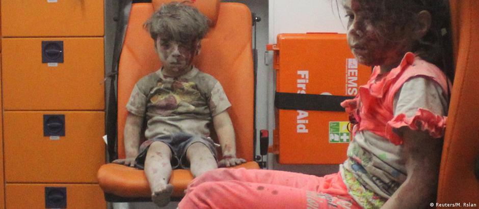 O pequeno Omran e sua irmã, também ferida no bombardeio