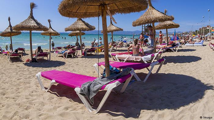 Strandliege mit Badetuch Spanien Strand