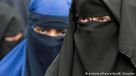Deutschland Offenbach Vollverschleierte Frauen Niqab (picture-alliance/dpa/B. Roessler)