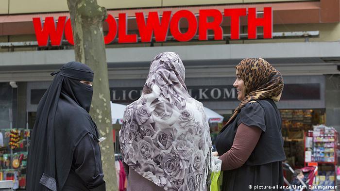 Vollverschleierte Frauen mit Niqab in Bonn(picture-alliance/Ulrich Baumgarten)